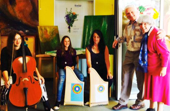 Mara, Silia, Carmen Kirkpatrick-Russ mit Magister Tomitza und Romana Jochum bei der Kunst-Olympiade